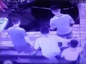 Voragine inghiotte 5 persone alla fermata del bus