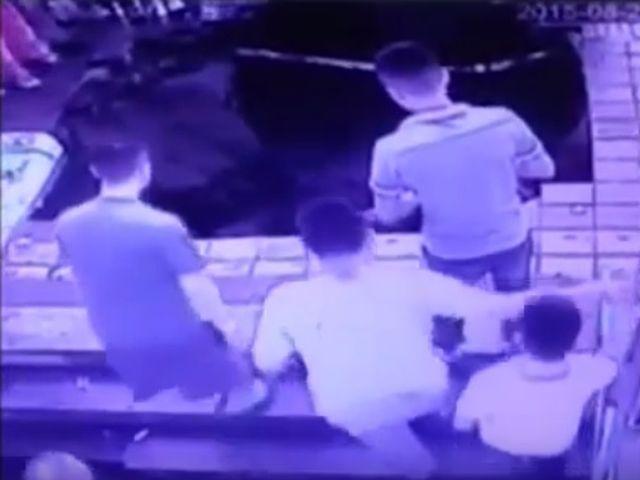 Cina – Una voragine improvvisa inghiotte 5 persone – VIDEO