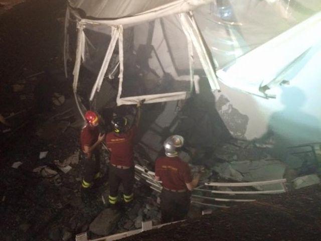 Pegli, crolla la veranda dei Bagni Doria, 9 feriti