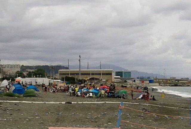 Voltri – Nemmeno i temporali cacciano la tendopoli sulla spiaggia