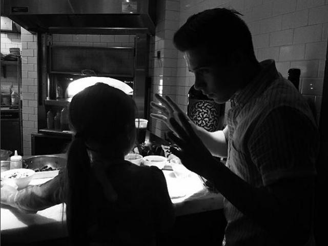Gossip – Brooklyn Beckham insegna alla sorellina come si fa la pizza