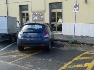Posto per disabili occupato (foto Facebook)
