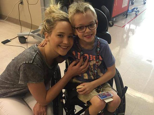 Jennifer Lawrence si prende una pausa dal set di X Men e va a trovare i bambini in ospedale