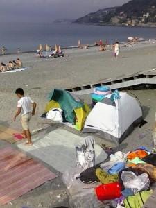 Ancora tende sulla spiaggia di Voltri