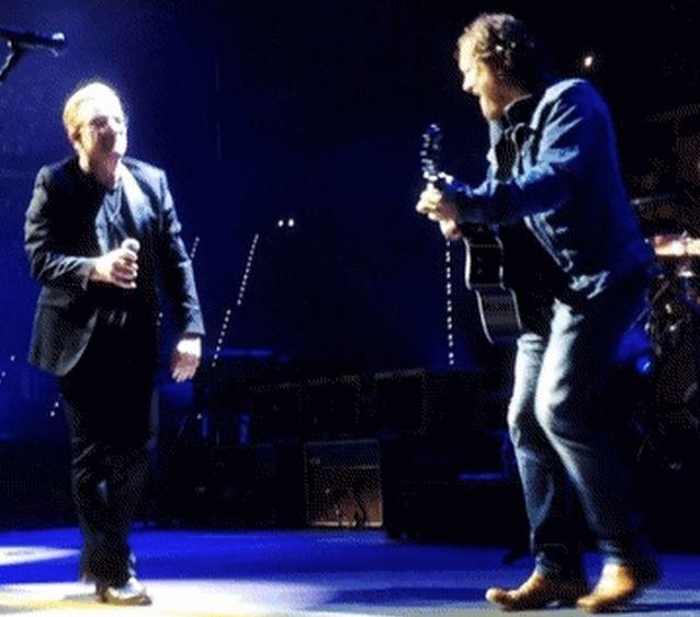 U2 – Bono duetta con Zucchero a Torino – VIDEO