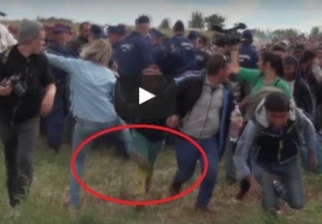 Giornalista ungherese prende a calci bambini migranti al confine, licenziata