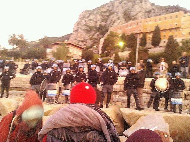Migranti scappano sugli scogli per sfuggire allo sgombero a Ventimiglia