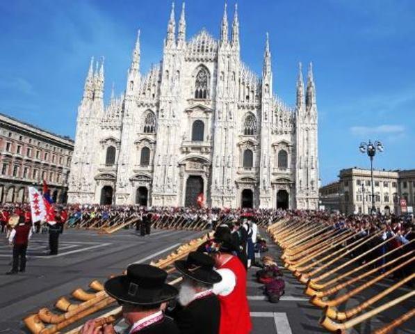 Milano – Centinaia di corni svizzeri suonano in piazza Duomo