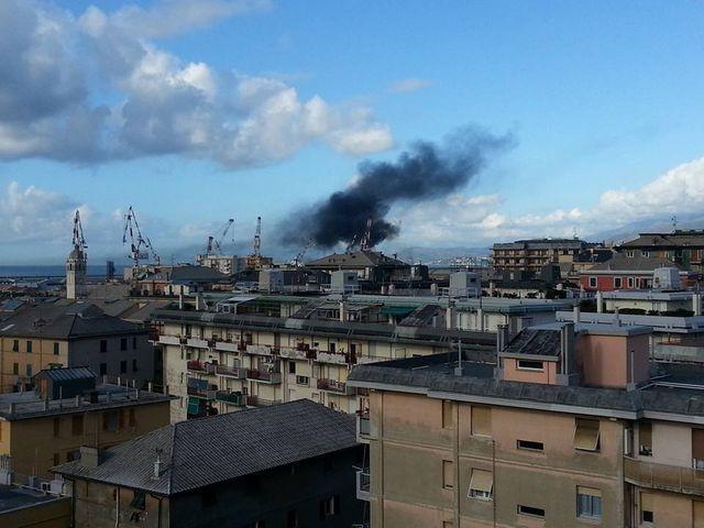 Sestri Ponente – Paura per una nuvola nera in zona portuale