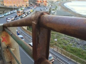 Ringhiere corrose in via Romana di Voltri