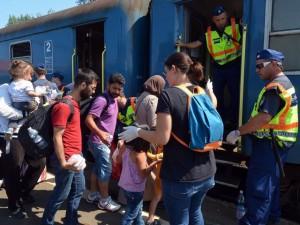 Profughi siriani salgono sui treni