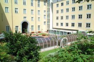 Tragedia alla Berio, senzatetto muore d'infarto: chiusa la biblioteca