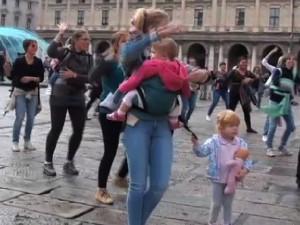 Flash mob delle mamme a De Ferrari