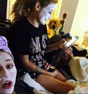 Miley Cyrus si mostra con la maschera di bellezza