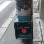Prà – Il semaforo per attraversare montato al contrario