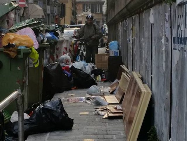 Genova, città invasa dai rifiuti ingombranti e Amiu sospende il servizio raccolta a domicilio