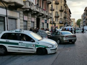 Sperona auto della polizia locale e scappa