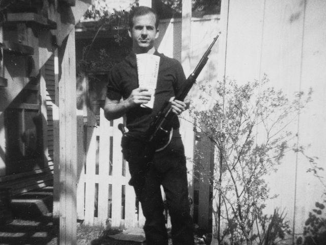 Kennedy – Autentica la foto di Oswald con il fucile, ma non dimostra nulla