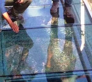Ponte di cristallo si rompe dopo inaugurazione