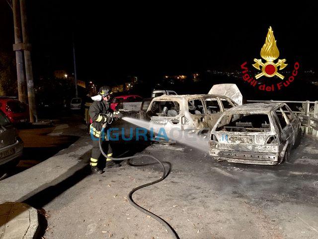 La Spezia – Incendi bruciano auto e scooter nella notte a Pitelli
