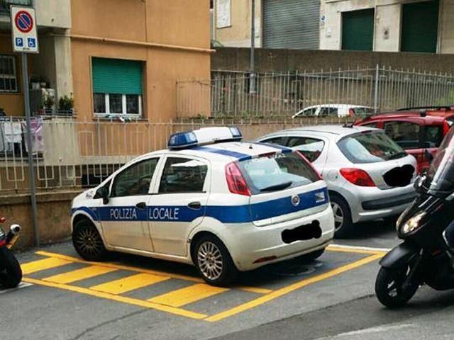 Marassi – Auto della polizia municipale su posto auto per disabili in via Robino