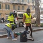 Foce, migranti volontari ripuliscono corso Torino dalle foglie