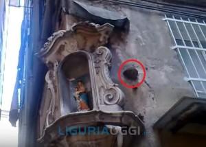 palla di cannone piantata nel muro di un palazzo