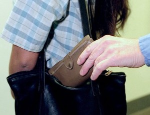 Vado Ligure, arrestati due borseggiatori con la loro refurtiva