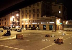 Piazza Gaggero invasa dalla spazzatura a Voltri