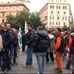 Iren, corteo dei lavoratori blocca piazza Corvetto