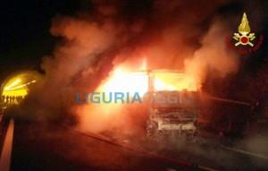 Genova, bus in fiamme in via Bobbio