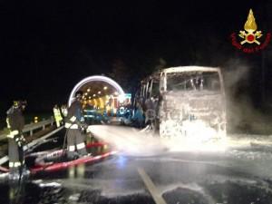 Pullman in fiamme sulla A12