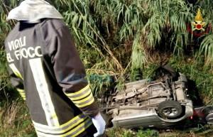 Roma, auto va fuori strada e prende fuoco: conducente salvato dai residenti