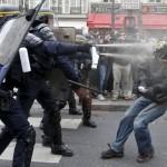 Parigi – Scontri tra polizia e manifestanti contro sospensione dei diritti
