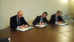 Nella foto, la firma ufficiale del protocollo