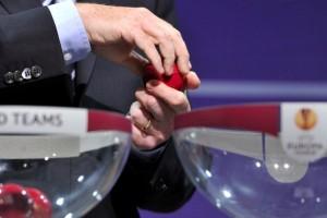 Nella foto, le urne durante il sorteggio dei sedicesimi di Europa League