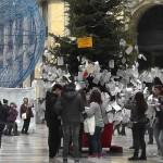 Napoli, tentano di rubare l'albero dei desideri, messi in fuga da due militari