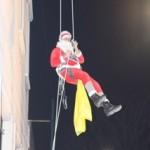 Babbo Natale a Genova si cala dal tetto con tecniche alpinistiche