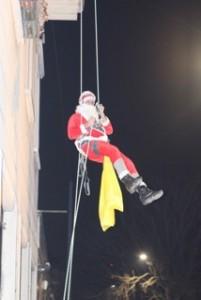 Babbo Natale si cala dal tetto a Genova