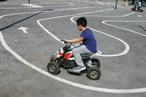 Nella foto, un bambino a bordo di un piccolo Quad