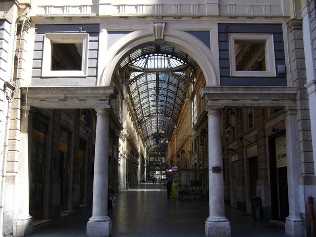 Galleria Mazzini, clochard aggredisce turista e minaccia forze dell'ordine. Arrestato