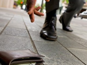Trova portafogli con 33mila euro e lo restituisce