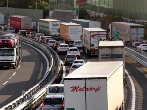 Incidente sulla A10 tra Albisola e Savona: auto buca una gomma e va a sbattere