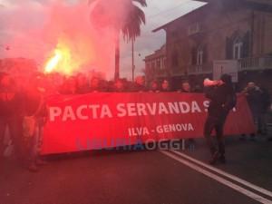 Ilva - Corteo dei lavoratori in corso, rallentamenti tra Sestri Ponente e Sampierdarena