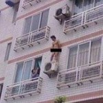 Sorpreso dal marito scappa dalla finestra e precipita da 7 metri