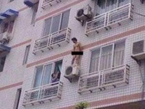 Cade dalla finestra scoperto con l'amante