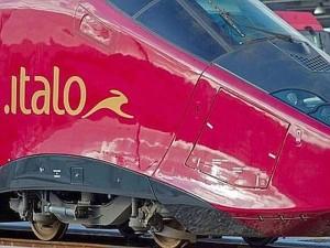 Napoli - Treno investe giovani che attraversano i binari