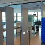 Palermo, nasconde un coltello nella stampella e tenta di passare il metal detector, arrestato all'aeroporto