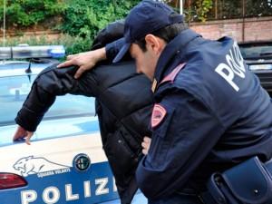 Un etto di droga nello zaino, Polizia arresta pusher della movida