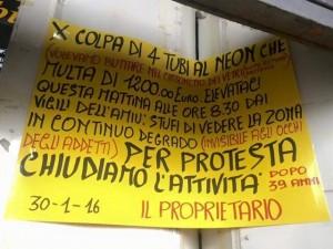 il cartello esposto nel negozio di Sottoripa